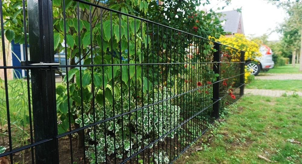 Een hek met enkele spijlen als compleet pakket